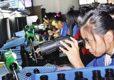 图为美华光电员工在租赁的车间进行试生产。