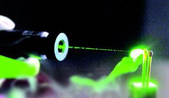 大功率激光笔使用需注意 可瞬间点燃火柴和棉签