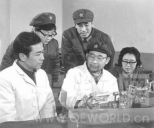 1980年,应用物理系科研人员在进行激光技术研究