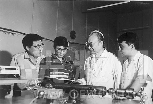 1990年,高伯龙(右二)在指导博士生工作