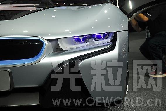 LED光源已经为从视觉上区分机动车提供了新的途径,独特的车头灯设计不但有助于人们区分不同的机动车,还能够显著提高品牌认知度。激光技术进一步推动了这一趋势向前发展。激光灯的高亮度远远超过了现有任何光源的亮度,因此,搭载激光光源的车头灯可以设计得比以往更加小巧。与此同时,基于激光模组的远光灯能够提供最大限度的灯光射程,这将大大提高驾驶员的夜间能见度。与LED光源相比,把激光灯的设计和功能融入到汽车照明中,将为激光灯的未来发展带来巨大的潜力。   宝马表示,与i8标配的led前大灯相比,激光大灯大约可节省