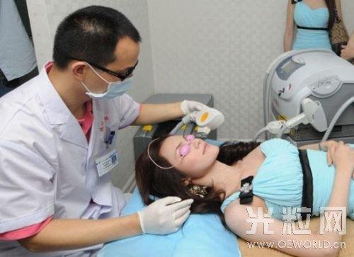 医生在给病人做激光美肤项目。