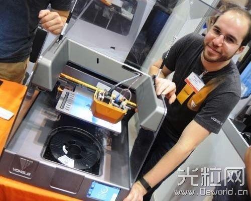 也展示了一款能制作电路板的3d打印机;不过该设备