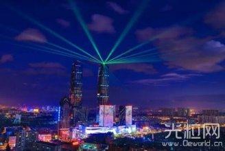 300米万达·昆明双塔亮灯 高空激光秀震撼全城