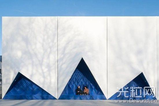 """""""船帆""""下是一个个蓝色壁龛,欢迎公众来这里坐下休息、交流"""