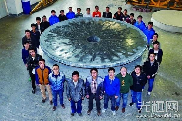 长春光机所制造团队成员与4.03米单体碳化硅反射镜坯合影