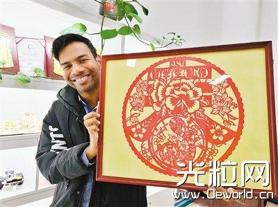 西工大一印度留学生爱上中国剪纸 用激光切割来创新