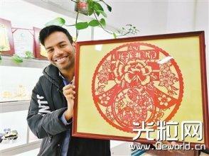 西工大一印度留学生爱上中国剪纸 用激光切割来